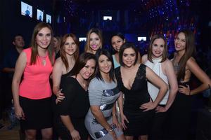 Con sus amigas