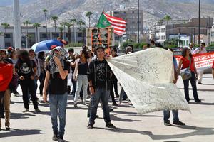La marcha arribó a la Plaza Mayor de Torreón para pararse frente a la presidencia municipal.