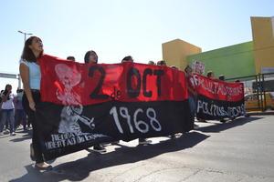 Recorrieron el bulevar Revolución con mantas alusivas a la fecha.