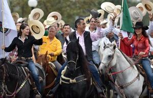 La cabalgata se realizó previo a un acto masivo en la Arena Monterrey.
