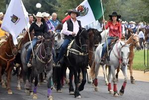 El gobernador recorrió las calles en su caballo.