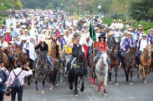 """Al frente de unos 700 jinetes, Jaime Rodríguez Calderón, """"El Bronco"""", encabezó en su primer día de gobierno una cabalgata a lomo de su caballo """"Tornado""""."""