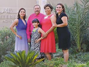 04102015 La homenajeada acompañada de su esposo el Sr. Emilio Gutiérrez; sus hijas: Alejandra y Diana; y su nieta Azul Hurtado Gutiérrez.- Érick Sotomayor Fotografía