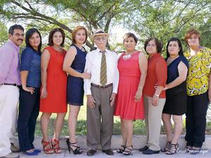 04102015 Maestra I. Morayma con sus padres, Sr. Ramiro Chávez y Sra. Candelaria Ibarra; y sus hermanos: Rigoberto, Rocío, Rosario, Nelly, Verónica y Norma.
