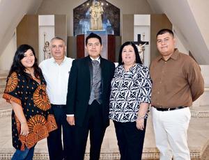 04102015 Presentes en la ceremonia se encontraron sus papás, C.P. Maribel Aceves de González e Ing. Guillermo Sergio González Lavín; y sus hermanos: José Sergio y Emma Daniela González Aceves.