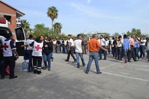 350 estudiantes de la primaria Braulio Fernandez Aguirre fueran evacuados para evitar daños a su salud.