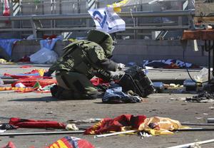 De las dos bombas, una fue detonada en medio de un grupo de ciudadanos sin identificación política, y la otra, cercana a un punto donde ondeaban banderas y pancartas del HDP, el partido de la izquierda kurda, y de varias agrupaciones marxistas.