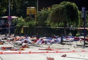 Las explosiones ocurrieron a segundos de diferencia fuera de la principal estación de trenes de Ankara, mientras cientos de participantes se estaban reuniendo para la protesta, organizada por el sindicato de trabajadores del sector público turco y otros grupos civiles.