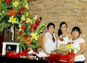 10102015 Bellos momentos vivió la festejada junto a las anfitrionas de esta bonita celebración.