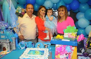 CUMPLE UN AÑO. Chloe con su mamá, Mariela Luján, y sus abuelos, Perla Patricia Morales y Óscar Luján.