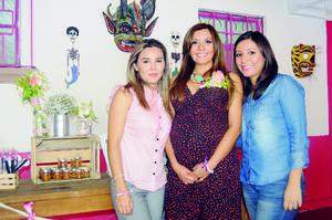 BABY SHOWER. Marcela Ríos Cruz en compañía de Lucero Ríos Cruz y Paola Ríos Cruz.