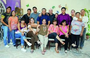 FESTEJA UN AÑO MÁS DE VIDA. Delia Martha Sotomayor García acompañada de sus familiares en la fiesta que le organizó su esposo, Ernesto Rafael García Rodríguez.
