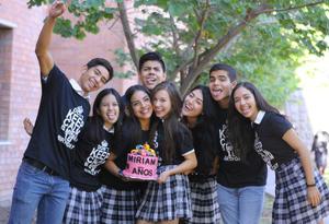 ¡FELICIDADES! Miriam celebró su cumpleaños en compañía de sus amigos del colegio.