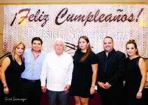 Dr. Jesús Gerardo Sotomayor Garza acompañado de sus hijos: José, Geraldine y Erika y sus nietos: Jorge Antonio y María Gabriela.