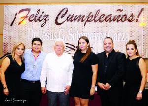 11102015 Dr. Jesús Gerardo Sotomayor Garza acompañado de sus hijos: José, Geraldine y Erika y sus nietos: Jorge Antonio y María Gabriela.