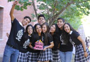 13102015 ¡FELICIDADES!  Miriam celebró su cumpleaños en compañía de sus amigos del colegio.