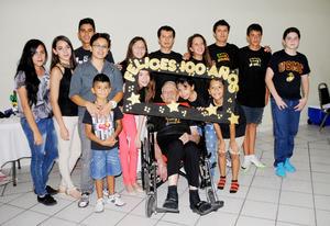 14102015 UN SIGLO DE VIDA.  Alfonso Porfirio Hernández Rodríguez acompañado de sus nietos en su cumpleaños número cien.