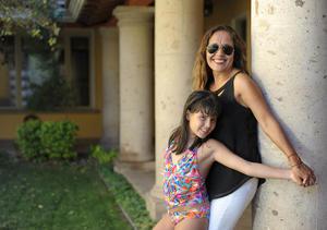 Con su mamá, Pina Martínez