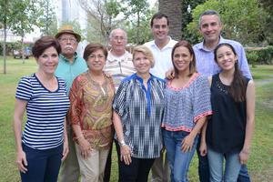 EN REUNIÓN FAMILIAR. Mavisa, Lupe Gloria, María Teresa, Gloriela, Alexa, Armando, Eduardo, Jorge y Alonso.