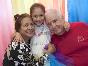 DIVERTIDA FIESTA INFANTIL. Ana Paula en compañía de sus abuelos, Lorena Álvarez y Ricardo Félix.