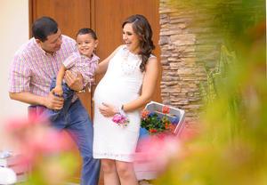BELLA POSTAL. Jessica de la Torre en compañía de su esposo Jaime Rodríguez y su hijo Jaimito.