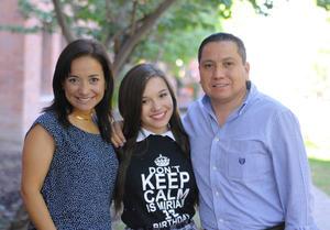 FESTEJA SU CUMPLE. Miriam celebró su cumpleaños número 18 en compañía de sus compañeros del colegio y sus papás, Liliana e Iván.