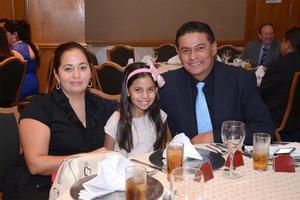 EN FAMILIA. Mabel, Andrea y José.