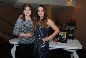 Con su mamá, Adriana Prieto