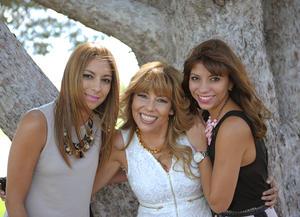 Yvonne Escobarett con sus hijas, Karla y Ale