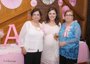 17102015 FUTURA MAMá.  Nancy Hernández de Sánchez en compañía de las anfitrionas de su baby shower, Margarita Portillo y Alejandra Silva.