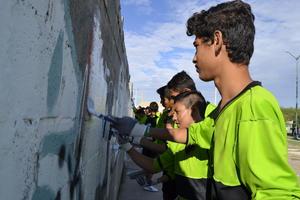 En la plaza insignia, ubicada en la colonia Jardines Universidad, 400 niñas y niños que integran las Fuerzas Infantiles de Club Santos Laguna, fueron quienes mayormente realizaron la plantación, poda, limpieza y eliminación de grafiti.