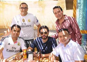 19102015 ENTRE AMIGOS.  Mauricio, Guillermo, Ricardo, Luis y Nelson.