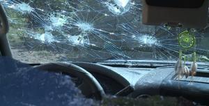 En las imágenes se puede ver un vehículo con varios impactos de bala.