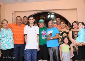 20102015 El festejado lució muy contento junto a su hermano Benito Ramírez Carbajal y sus sobrinos Gerónimo, Antonio y Ricardo Ramírez Bautista.