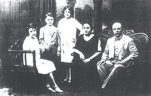 22102015 Don Francisco Javier Lozano González y su esposa doña Ma. Oliva Garza Garza de Lozano con sus hijos: Clotilde, Carmen y Francisco.