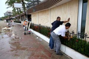 Habitantes de la zona turística de Puerto Vallarta se preparaban protegiendo sus casas ante el impacto del huracán.
