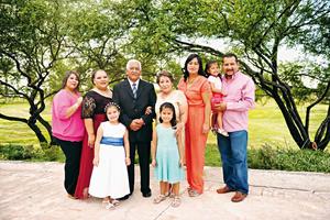25102015 EN FAMILIA.  Rodolfo y Aurora Acosta con sus hijos: Brenda, Rodolfo y Raquel; y sus nietas, Hanna, Constanza y Estefanía.