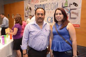 26102015 POSAN PARA LA FOTO.  Luis y Nancy.