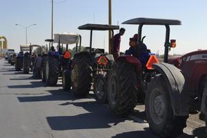 Tractores y herramientas de trabajo fueron llevados a la protesta.