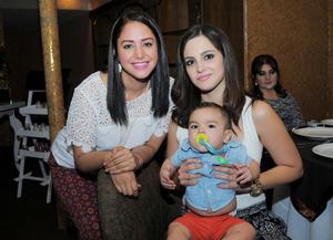 27102015 EN RECIENTE FESTEJO.  Lupita y Ayla con su bebé.