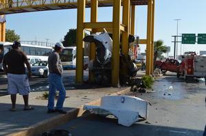 Barras de acero de un puente evitaron que el camión pasara al sentido contrario.
