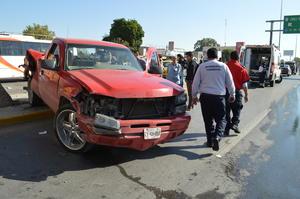 El accidente ocasionó un caos vial en el lugar, hasta el que se trasladaron elementos del Cuerpo de Bomberos y Peritos.