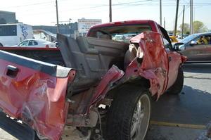 Debido al exceso de velocidad, la unidad se impactó contra una camioneta Chevrolet Pick up roja que se detuvo al llegar al puente peatonal del bulevar Rodríguez Triana, al igual que un Atos color amarillo.