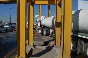 Tráiler pipa cargado con agua chocó contra el puente de la carretera Torreón-Matamoros y Rodríguez Triana.