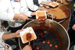 Se cocinaron 300 kilos de carne para la megarreliquia.