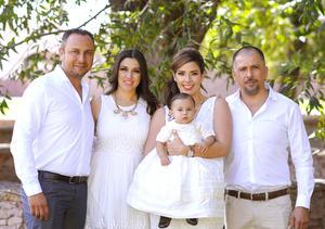 Con sus papás, Luis Becerra y Marisol Escárcega de Becerra, y sus padrinos, César Alejandro Pérez y Marisol García de Pérez