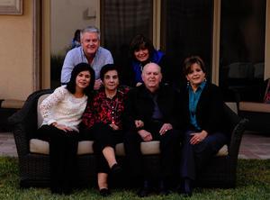 Acompañado por su esposa, Carolina, y sus hijos, Enrique, Marcela, Carolina y Cecilia