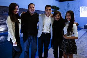 Acompañado de sus papás, Iván y Lily, y sus hermanas, André y Miriam