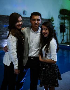 Con sus hermanas, André y Miriam