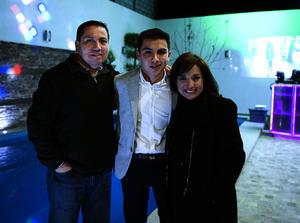 Con sus papás, Iván y Lily